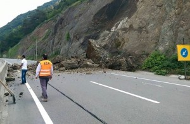 D-650 karayolunda heyelan! Dev kayalar yolu ulaşıma kapattı…
