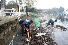 Sapanca Gölü Sahilinde 3 Kamyon Çöp Toplandı!