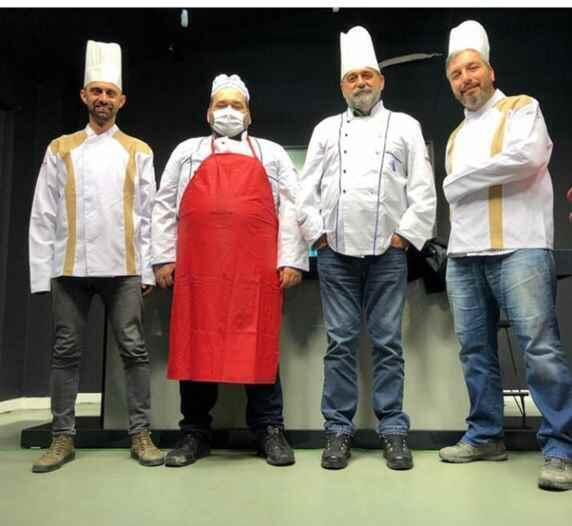 Esnafa destek için yayına aşçı kıyafetleri ile çıktılar.