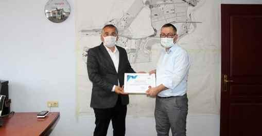 Arifiye'de belediye personeline teşekkür belgesi.